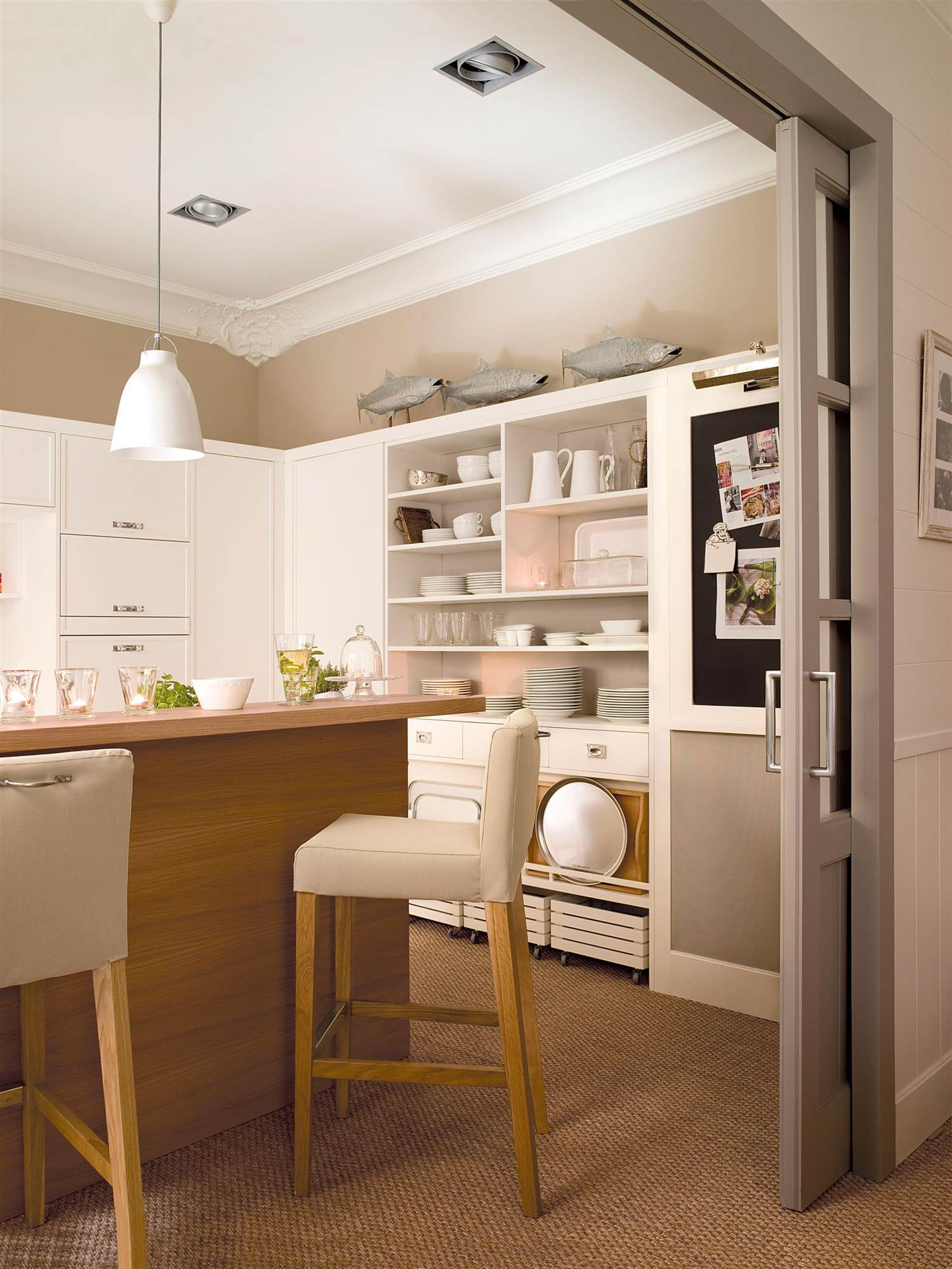 cocina-con-molduras-en-el-techo-y-mobiliario-en-blanco-y-gris_00357153_c4d7a8fb_1500x2000