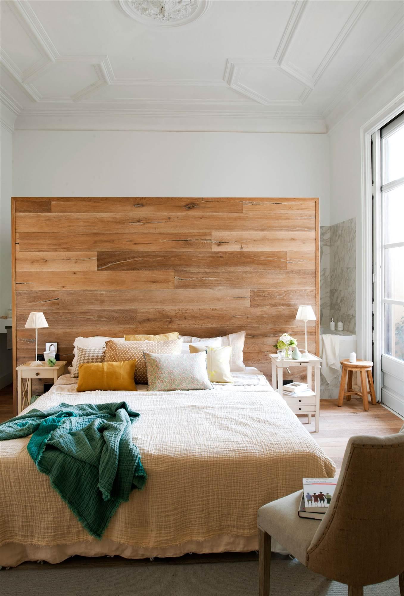 dormitorio-con-techo-decorado-con-molduras_00395788_2fd8b468_1357x2000