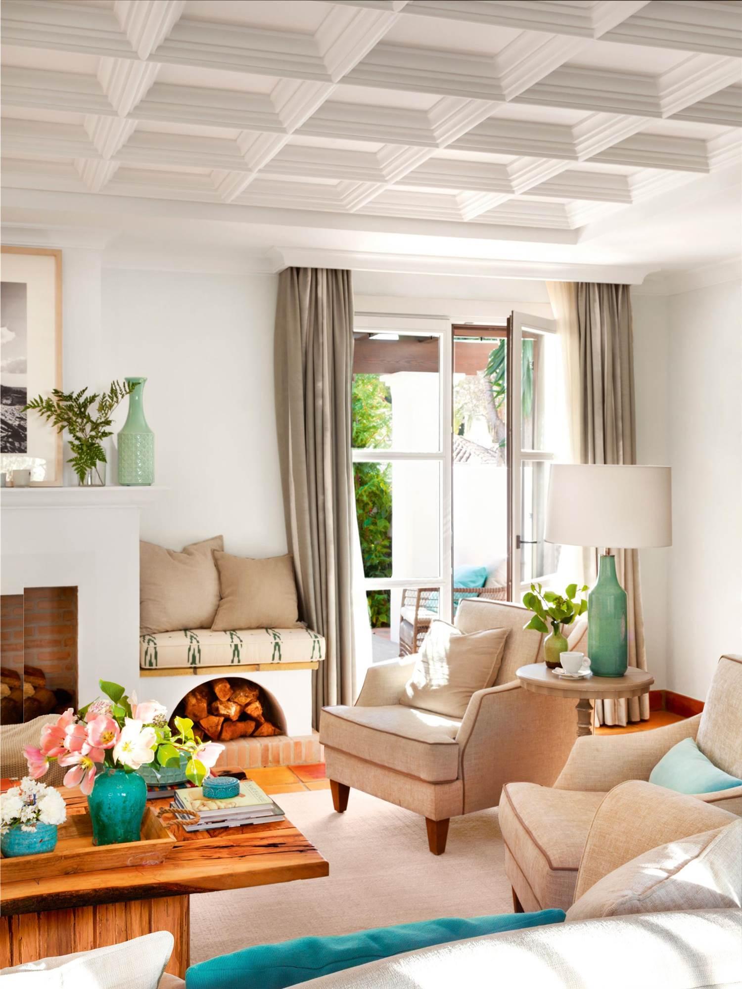 salon-moderno-con-cuadricula-de-molduras-en-el-techo_00429540_10e0e251_1500x2000