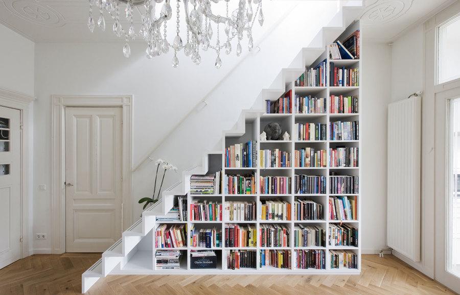 libreria-construida-bajo-la-escalera-1400078